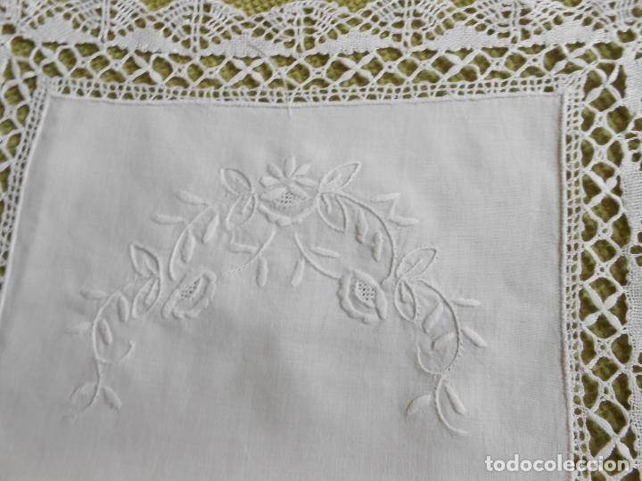 Antigüedades: Antiqua Tapete bordado y bolillo a mano.Hilo Algodon blanco.30 x 45 cm. .Nuevo - Foto 3 - 174013988
