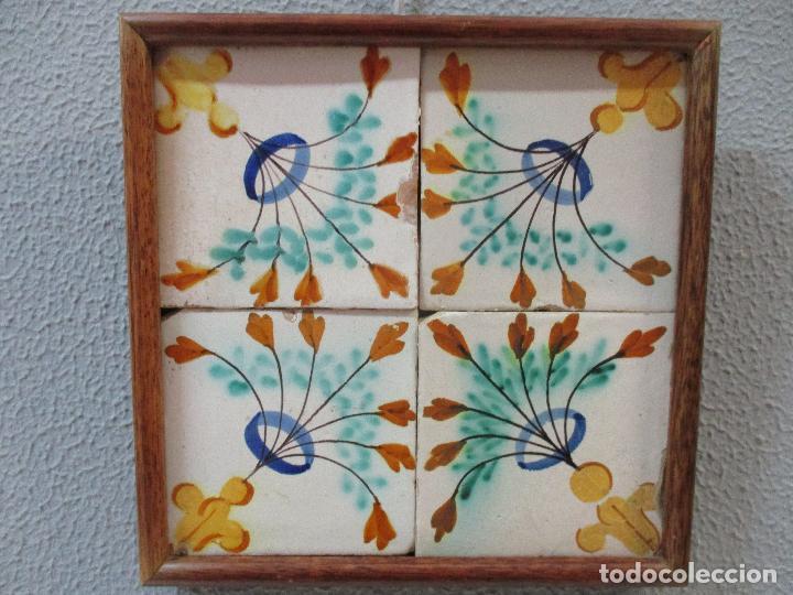 ANTIGUO PLAFÓN - 4 AZULEJOS - CERÁMICA CATALANA POLICROMADA - CON MARCO - FINALES S. XVIII (Antigüedades - Porcelanas y Cerámicas - Azulejos)