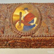 Antigüedades: ANTIGUA CAJA EN MADERA Y ESTUCO CON MEDALLÓN CENTRAL PINTADO A MANO. . Lote 61951432