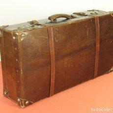 Antigüedades: MALETA DE VIAJE EN CUERO CON CIERRES METALICOS. ESPAÑA. CIRCA 1940.. Lote 61995636
