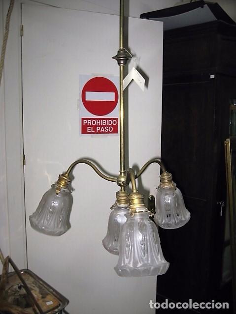 LAMPARA ANTIGUA DE LATÓN 4 LUCES TULIPAS DE CRISTAL MEDIDA 73 X 50 CM. (Antigüedades - Iluminación - Lámparas Antiguas)