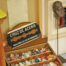 Antigüedades: VITRINA RETRO VINTAGE MUY ANTIGUA PARA HOJAS DE AFEITAR. Lote 62015324