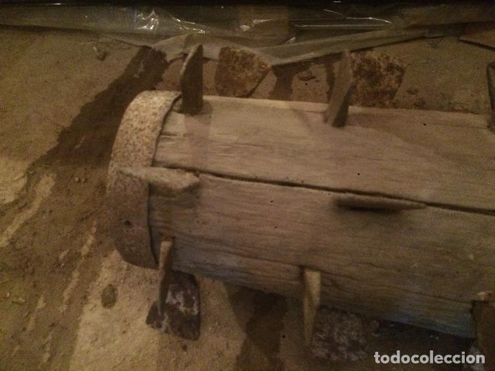 Antigüedades: Antiguo cilindro / corró catalan de madera y hierro para aplastar el trigo en la hera años 20-30 - Foto 2 - 62027660