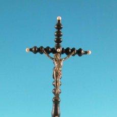 Antigüedades: CRUCIFICADO. CRUZ DE MADERA TORNEADA CON FIGURA DE METAL 1860/1880. Lote 9148409