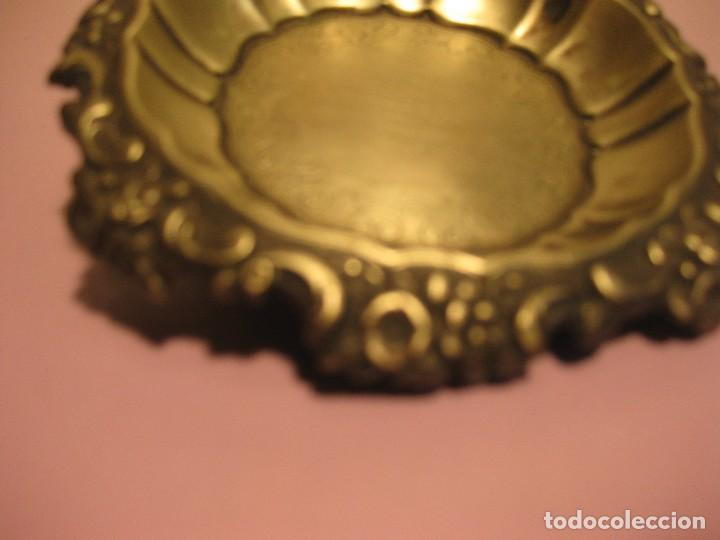 PEQUEÑA BANDEJA DE METAL PLATEADO (Antigüedades - Hogar y Decoración - Bandejas Antiguas)