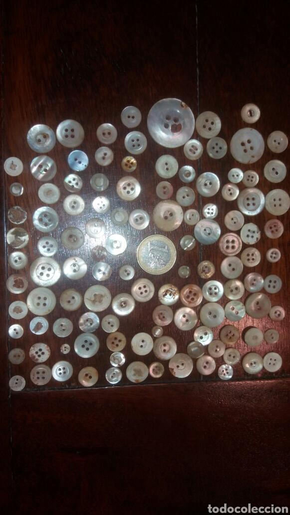 LOTE BOTONES DE NACAR ANTIGUOS + DE 100. BOTÓN ROPA (Antigüedades - Moda - Otros)