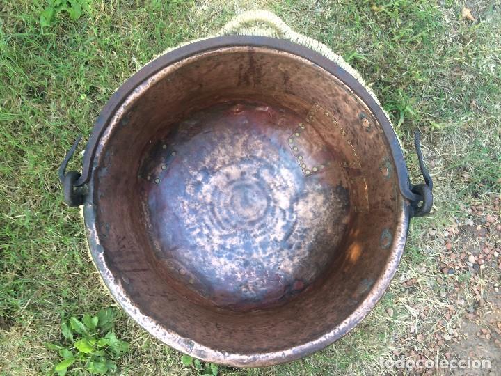 Antigüedades: Caldero antiguo de cobre con funda artesanal. Remachado. Asa en hierro forjado / Olla - Marmita - Foto 2 - 62355720