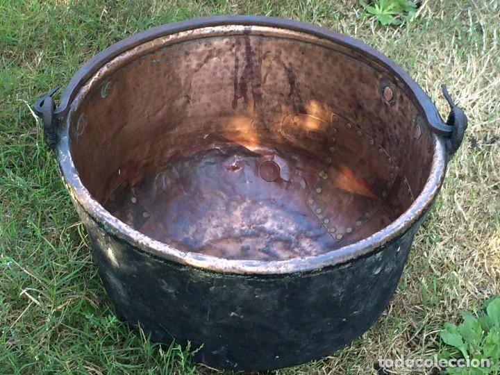 Antigüedades: Caldero antiguo de cobre con funda artesanal. Remachado. Asa en hierro forjado / Olla - Marmita - Foto 3 - 62355720