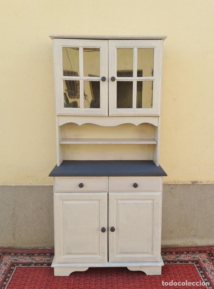 Vitrina antigua. Alacena antigua. Aparador mueble de cocina antiguo vintage  color blanco.