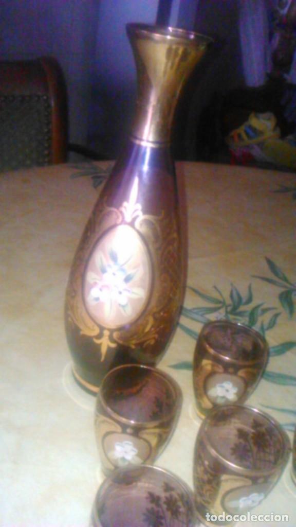 Antigüedades: Precioso juego de licorera y 5 vasitos de cristal de murano,decorado con oro y flores de porcelana. - Foto 2 - 62555564