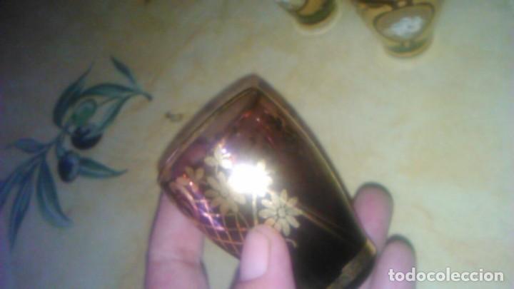 Antigüedades: Precioso juego de licorera y 5 vasitos de cristal de murano,decorado con oro y flores de porcelana. - Foto 4 - 62555564