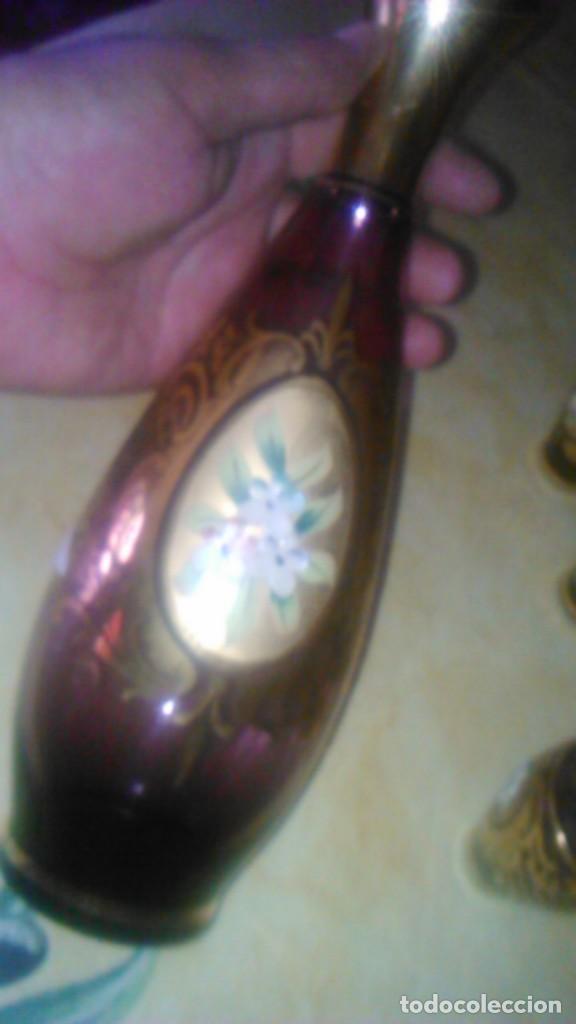 Antigüedades: Precioso juego de licorera y 5 vasitos de cristal de murano,decorado con oro y flores de porcelana. - Foto 5 - 62555564