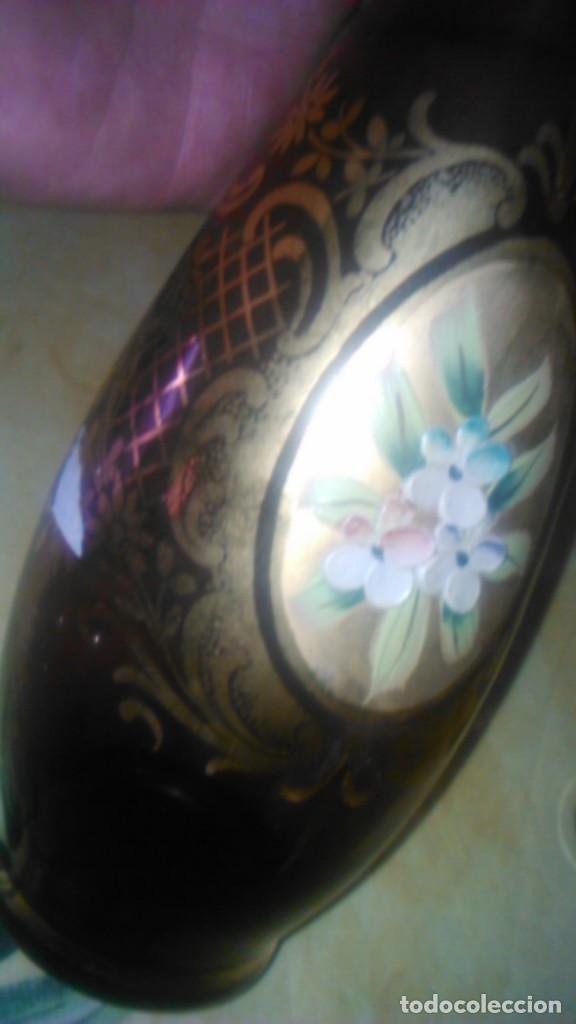 Antigüedades: Precioso juego de licorera y 5 vasitos de cristal de murano,decorado con oro y flores de porcelana. - Foto 6 - 62555564