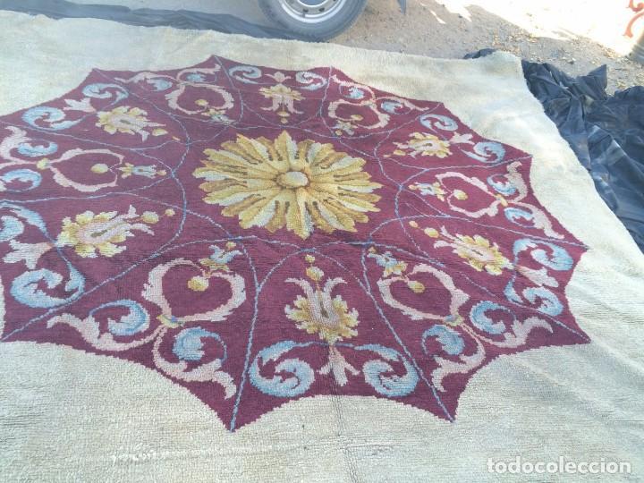 Antigüedades: Gran alfombra de nudo español bastante antigua realizada en lana. - Foto 2 - 62559360