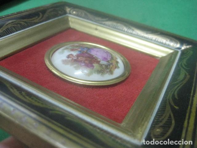 Antigüedades: MINIATURA EN CUADRO CON PORCELANA DE LIMOGES DEL SIGLO XIX, ESCENA DE FRAGONARD, DECORACIONES EN ORO - Foto 7 - 62614748