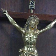Oggetti Antichi: CRUCIFIJO CON CRISTO DE METAL SOBRE MADERA. Lote 62615128