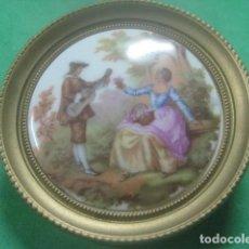 Antigüedades: MINIATURA EN CUADRO CON PORCELANA DE LIMOGES DEL SIGLO XIX, ESCENA DE FRAGONARD, DECORACION DORADA. Lote 62617340
