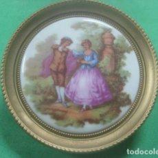 Antigüedades: MINIATURA EN CUADRO CON PORCELANA DE LIMOGES DEL SIGLO XIX, ESCENA DE FRAGONARD, DECORACION DORADA. Lote 62617696