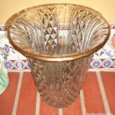Antigüedades: ANTIGUO FLORERO DE CRISTAL DE BORDE DORADO MIDE 21CM DE ALTO CON 18 Y 10 CM. DE DIÁMETRO EN LA BOCA . Lote 62638200