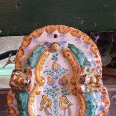 Antigüedades: PRECIOSA BENDITERA EN CERAMICA. Lote 62699432