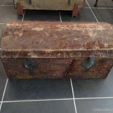 Antigüedades: MUY ANTIGUO BAUL FORRADO EN PIEL DE VACA -SIGLO XVIII. Lote 62720490