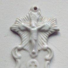 Antigüedades: PILA BENDITERA EN PORCELANA BLANCA. Lote 62818604