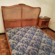 Antigüedades: CAMA DE MADERA Y REJILLA, CON FLORES TALLADAS CON MESILLA A JUEGO. Lote 62918780