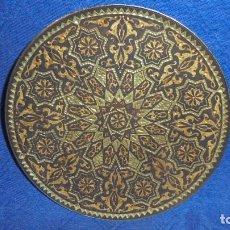 Antigüedades: ANTIGUO PLATO DELICADAMENTE ADAMASQUINADO, MED. DIAMETRO 10 CM. . Lote 63141680