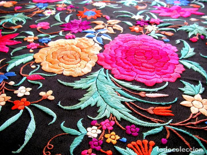 Antigüedades: Mantón de manila bordado a mano sobre seda negra en colores - Foto 7 - 63261404