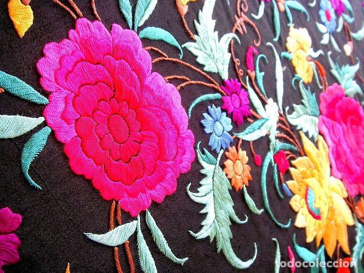 Antigüedades: Mantón de manila bordado a mano sobre seda negra en colores - Foto 6 - 63261404