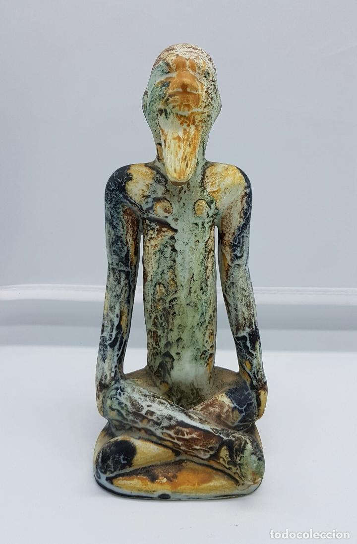 ESCULTURA ANTIGUA DE ESTILO PRECOLOMBINO EN CERÁMICA MUY FINA ( SABIO EN POSCIÓN DE LOTO DE ASIA ) . (Antigüedades - Hogar y Decoración - Figuras Antiguas)