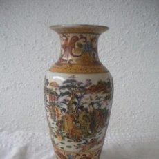 Antigüedades: JARRON CHINO CON RELIEVES DE MEDIADOS DEL SIGLO XX MARCAS EN LA BASE.. Lote 63362552