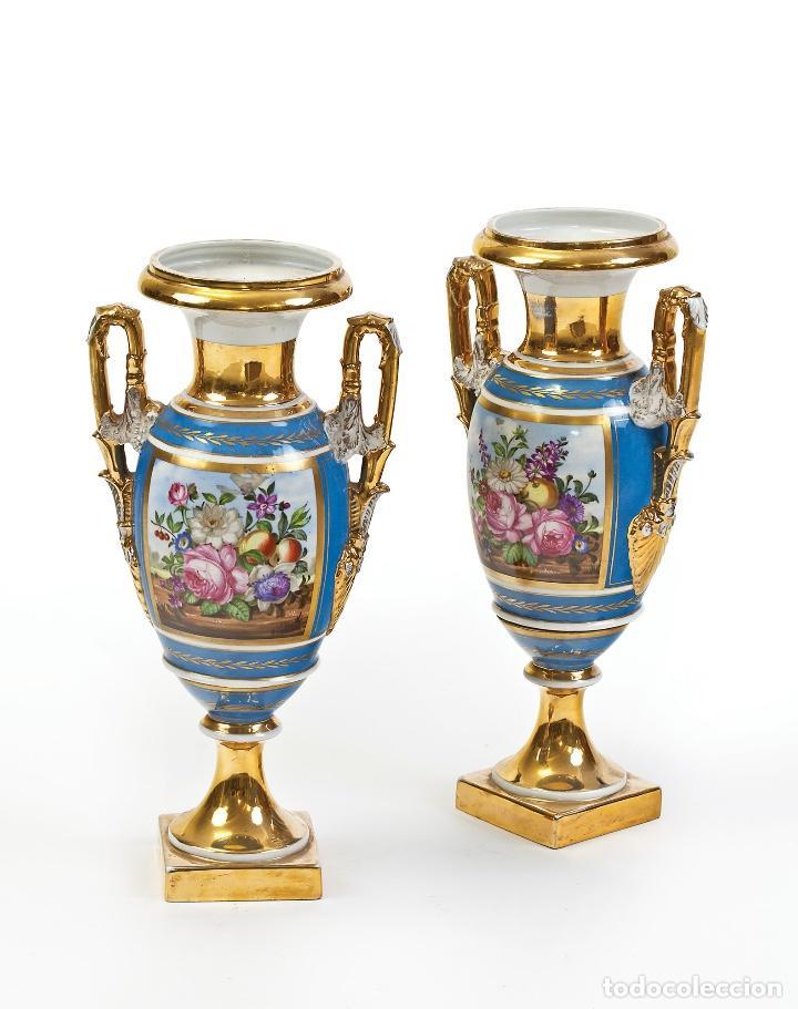 FINA PAREJA DE JARRONES DE PORCELANA DE PARÍS FINALES DEL SIGLO XVIII (Antigüedades - Porcelanas y Cerámicas - Otras)