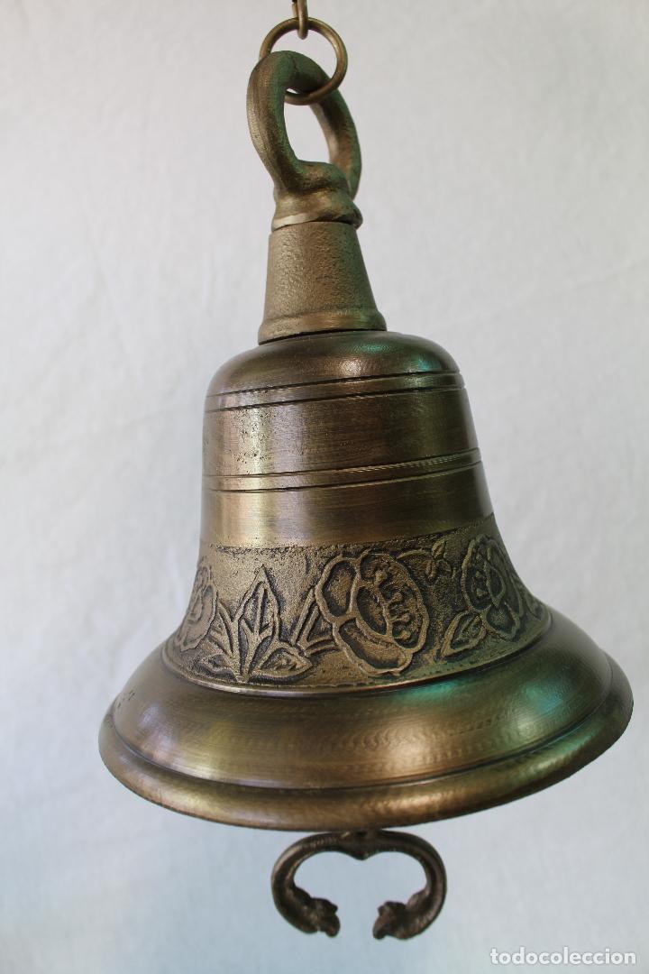 CAMPANA EN HIERRO FUNDIDO Y COLOR DORADO ENVEJECIDO (Antigüedades - Hogar y Decoración - Campanas Antiguas)
