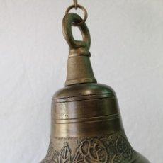 Antigüedades: CAMPANA EN HIERRO FUNDIDO Y COLOR DORADO ENVEJECIDO. Lote 161822736