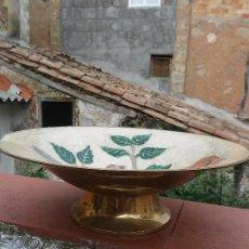 Antigüedades: PLATO CENTRO DE MESA DE BRONCE DORADO CON ESMALTE VIDRIADO O CLOISONNÉ AÑO 1930.C. Lote 63550540