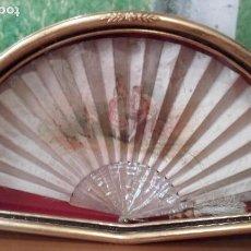 Antigüedades: ABANIQUERA Y ABANICO DE NÁCAR Y SEDA DE 53 X 21 CM (ÉPOCA ISABELINA). Lote 63622859