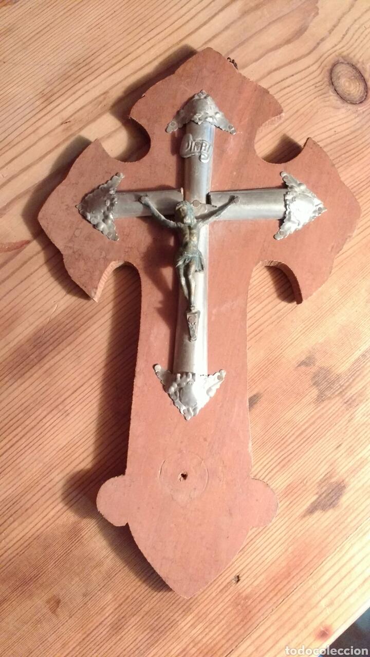 CRUCIFIJO MADERA. CRISTO DE COBRE Y CRUZ DE METAL. 24 CM. (Antigüedades - Religiosas - Crucifijos Antiguos)