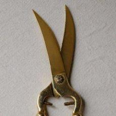 Antigüedades: TIJERAS DE TRINCHAR EN METAL DORADO Y PLATEADO. 26 CM LARGO. VER FOTOS Y DESCRIPCION. Lote 63742011