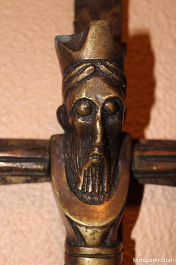 ANTIGUO CRUCIFIJO ESTILO ROMÁNICO EN BRONCE MAJESTAD CRISTO SOBRE CRUZ DE HIERRO (Antigüedades - Religiosas - Crucifijos Antiguos)