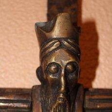 Antigüedades: ANTIGUO CRUCIFIJO ESTILO ROMÁNICO EN BRONCE MAJESTAD CRISTO SOBRE CRUZ DE HIERRO. Lote 58465002