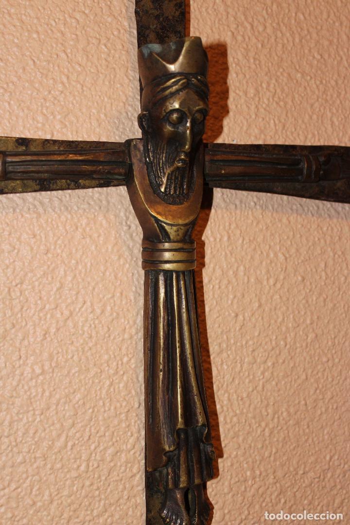 Antigüedades: ANTIGUO CRUCIFIJO ESTILO ROMÁNICO EN BRONCE MAJESTAD CRISTO SOBRE CRUZ DE HIERRO - Foto 2 - 58465002