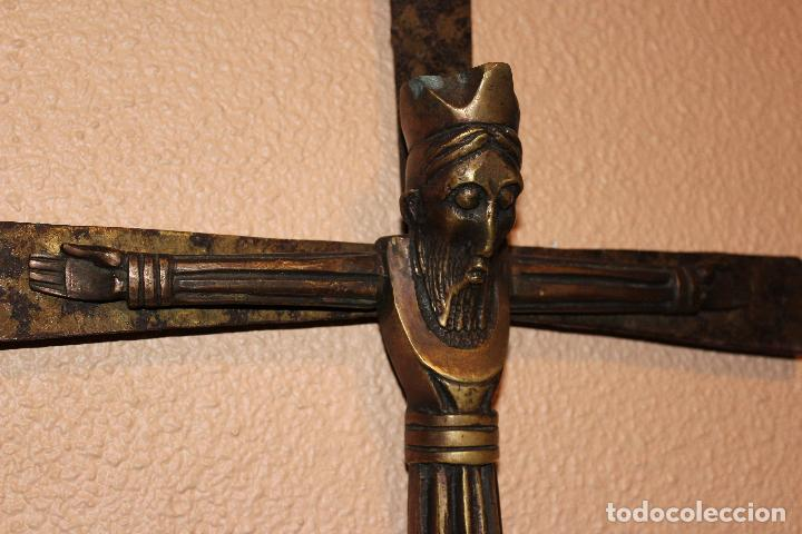Antigüedades: ANTIGUO CRUCIFIJO ESTILO ROMÁNICO EN BRONCE MAJESTAD CRISTO SOBRE CRUZ DE HIERRO - Foto 4 - 58465002
