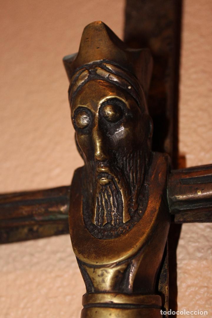 Antigüedades: ANTIGUO CRUCIFIJO ESTILO ROMÁNICO EN BRONCE MAJESTAD CRISTO SOBRE CRUZ DE HIERRO - Foto 9 - 58465002