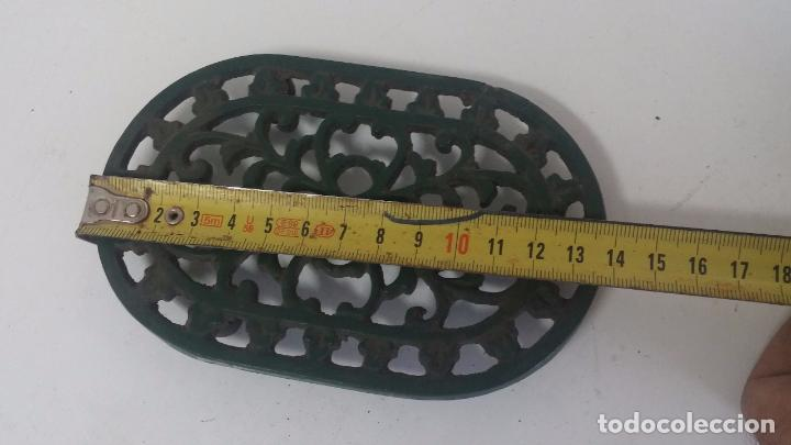 Antigüedades: Utensilio extraño de forja para el hogar, especie de soporte para mesa - Foto 2 - 63822403