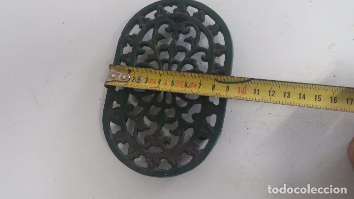 Antigüedades: Utensilio extraño de forja para el hogar, especie de soporte para mesa - Foto 3 - 63822403