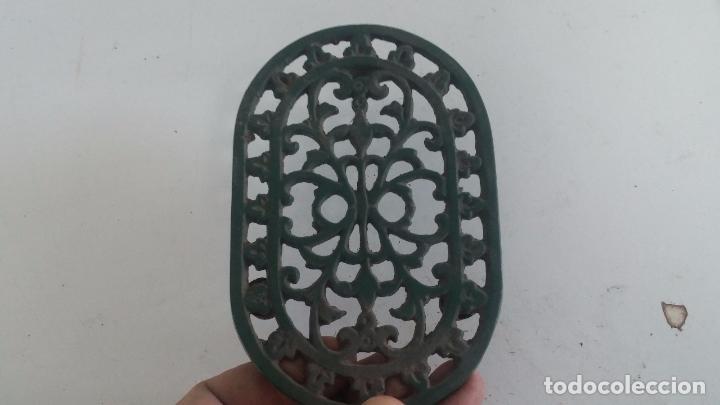 Antigüedades: Utensilio extraño de forja para el hogar, especie de soporte para mesa - Foto 4 - 63822403