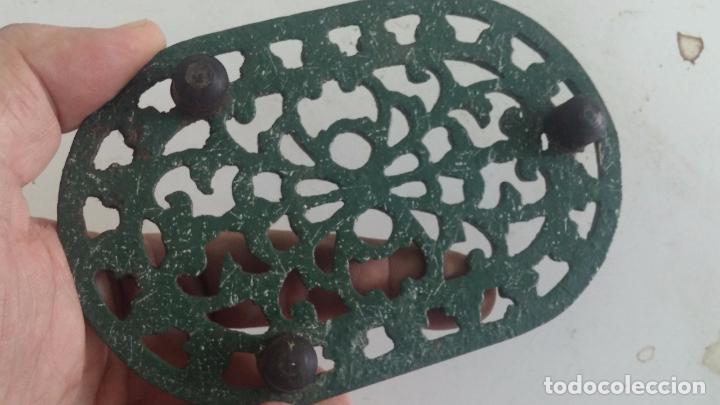 Antigüedades: Utensilio extraño de forja para el hogar, especie de soporte para mesa - Foto 5 - 63822403