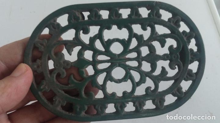Antigüedades: Utensilio extraño de forja para el hogar, especie de soporte para mesa - Foto 6 - 63822403