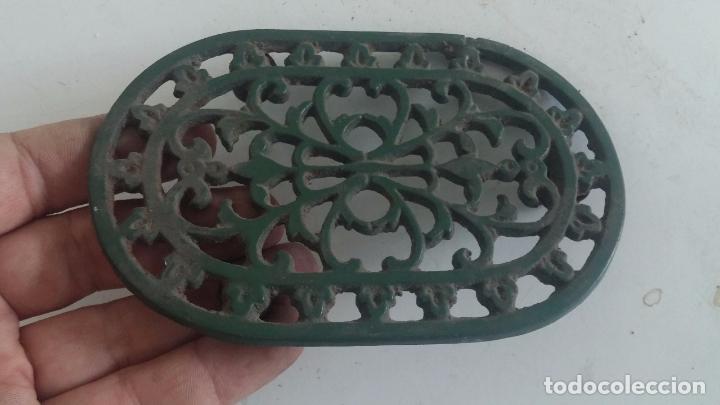 Antigüedades: Utensilio extraño de forja para el hogar, especie de soporte para mesa - Foto 7 - 63822403